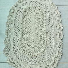 Tapete feito de crochê barbante nº6 100% algodão de excelente qualidade Mede 0,85×0,62 cm Pode ser feito na cor de sua preferência. Qual quer dúvida entre em contato com o vendedor.