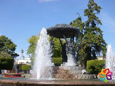 MICHOACÁN MÁGICO. ¿En dónde está ubicada y que representa La Fuente de las Tarascas? La fuente Las Tarascas se encuentra ubicada en el centro histórico de la ciudad de Morelia, representa la fertilidad del estado de Michoacán y está constituida básicamente por 3 mujeres indígenas que sostienen una batea típica llena de frutos regionales. Esta fuente se ha convertido en uno de los principales símbolos de la ciudad. HOTEL ALAMEDA http://www.hotel-alameda.com.mx