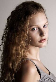 Model Patricia van der Vliet curly hair