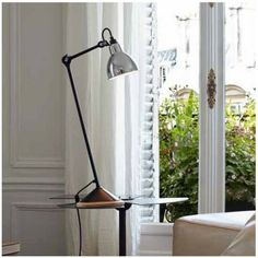 1921 Bernard-Albin GRAS designed a series of lamps for use in offices and in industrial environments. The «GRAS» lamp, as it was subsequently called, was astounding in its simple, robust and yet very ergonomic design.