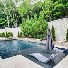 Modern style pool in spacious backyard features a tanning ledge with modern gray. Modern style pool in spacious backyard features a tanning ledge with modern gray pool loungers. Backyard Pool Landscaping, Backyard Pool Designs, Modern Landscaping, Landscaping Ideas, Backyard With Pool, Modern Backyard Design, Swimming Pools Backyard, Swimming Pool Designs, Pool Spa