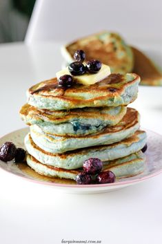 These fluffy blueberry pancakes are the perfect Sunday morning breakfast. These perfect, fluffy vanilla pancakes are filled with pop-in-your-mouth juicy blueberries, and are great served with generous amounts of maple syrup. Vanilla Pancakes, Baked Pancakes, Blueberry Pancakes, Blueberry Recipes, Muesli Cookies, Morning Breakfast, Sunday Morning, Delicious Breakfast Recipes, Chocolate Caramels