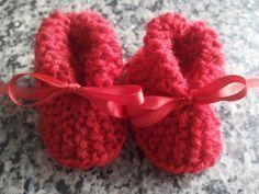 Neste passo a passo trago a vocês a confecção de uma linda botinha unissex em tricô... É um passo a passo simples e rápido de ser feito... Aproveitem... www....