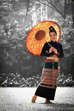 yapa changrai - Google+  The beautiful Tai Lue girl in traditional custome