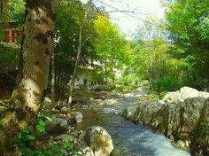 au pied de la maison serpente la rivière...