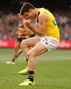 Trent Cotchin of the Tigers celebrates as the final siren sounds during the 2017 Toyota AFL Grand Final match between the Adelaide Crows and the. Richmond Afl, Richmond Football Club, Figure Drawing Models, Rugby Men, Rugby Players, Men In Uniform, Pro Cycling, Action Poses, World Of Sports