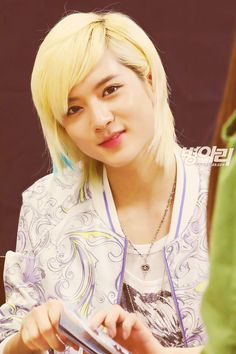 #Ren #NU'EST ~ omg *.* ... why is he even a boy? I'm sure every girl would like to look as pretty as him ! It's just impossible ö ♡♡
