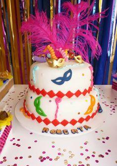 Uma festa de Carnaval para celebrar os 18 anos da Roberta                                                                                                                                                                                 Mais