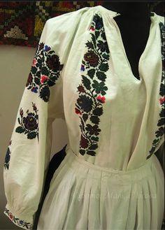 жіноча сорочка незважаючи на те, що модні орнаменти замінили традиційні, розташування вишивки традиційне для Поділля: сорочка має вишиті погрудки (спереду), уставки (вгорі рукава), рукави, манжети , Vinnytsya, Ukraine.,from Iryna