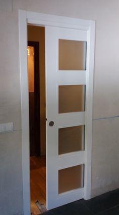Puerta corredera acristalada lacada en blanco con 4 vidrios mate, puerta de cocina.