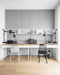 Neutral grey home double office setup. #doubleoffice #doubleofficeideas #doubleofficeideashome #homeofficeideas #homeofficefortwo #blackandwhiteoffice #greyhomeoffice Home Office Setup, Home Office Organization, Home Office Space, Office Ideas, Office Furniture Design, Office Interior Design, Office Interiors, Exterior Design, Study Room Design