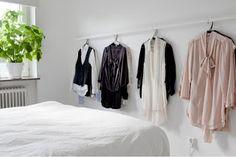 Você tem dificuldade em escolher o que vai vestir? Que tal montar no final de semana os looks para a semana toda! Isso lhe dará muito mais tempo e tranquilidade na hora de se arrumar pra sair