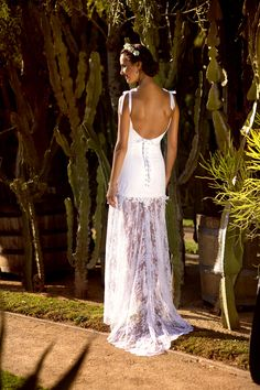 Ludivine Guillot, robe de mariée sur mesure à Lyon. Dentelle - transparence - noeud - coton - bohème - chic - boho - fourreau - bustier - rétro - vintage - originale - glamour - wedding dress - bridal gown - lace - mariage - tendance 2017 2018 - dos nu - bretelles - ruban