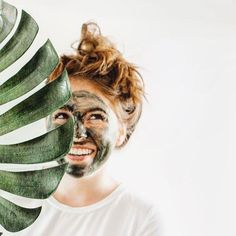 This facial mask rich in spirulina, chlorella, seabuckthorn oils and raw honey will purify, cleanse, detoxify and hydrate leaving you glow. Clear Skin Face, Clear Skin Tips, Face Skin Care, Beauty Tips For Glowing Skin, Health And Beauty Tips, Beauty Skin, Mascara Hacks, Skin Care Routine Steps, Homemade Skin Care