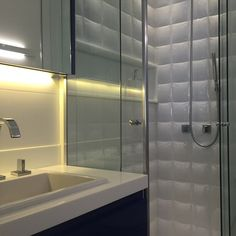 Banheiro dos adolescentes , armário em laca azul e revestimentos brancos . Ficou #arquitetura #design #decoracao #home #interior #banheiros
