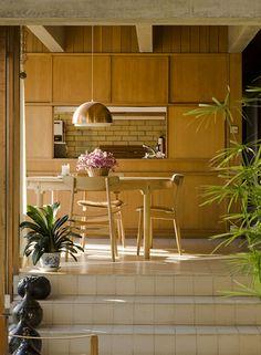 Private home of the Danish Architect Jørn Utzon in Hellebæk (northern Zealand), Denmark, 1952 Mid-century Interior, Kitchen Interior, Interior Architecture, Kitchen Design, Interior Design, Earthy Home, 70s Kitchen, Danish Furniture, Mid Century House