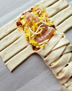 Tre nye varianter på knallgode fylte flettebrød! Oppskriften på fylte flettebrød med pesto og Strandaskinke er bloggens desidert mest besøkte. De er enkle å lage, deigen er god å jobbe med, og de smaker nydelig. Her har jeg laget en ny variant på speltmel. Felles for disse tre flettebrødene er at de er fylt med … Snack Recipes, Dinner Recipes, Snacks, Empanadas, Hawaiian Pizza, Recipies, Good Food, Food And Drink, Lunch