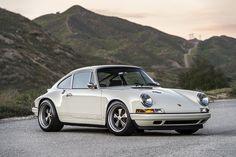 witte sportauto-Porsche 911 Singer-bergen-MAN MAN