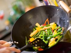Learn how to season a wok with this step-by-step guide (with video). Clean and care for your wok properly to maximize its performance! Honey Recipes, Raw Food Recipes, Healthy Recipes, Best Wok, Asian Stir Fry, Cooking With Essential Oils, Snacks Saludables, Woks, Cooking Tips