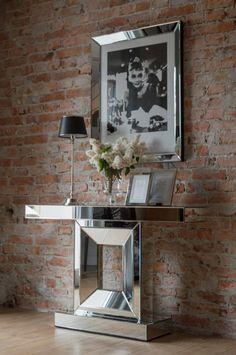 Aranżacja w stylu New York, na pierwszym planie konsola szklana i królowa stylu Audrey Hepburn