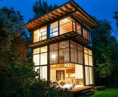 บ้านไม้ ใต้หลังคาสีเขียว !! บ้านไม้ 3 ชั้น ในท่ามกลางสวนสวยที่ถูกรายล้อมด้วยธรรมชาติ รูปแบบของบ้านมีพื้นที่ใช้สอยกว่า 720 ตารางเมตร แบบทรงสูงเพื่อเพิ่มพื้นที่การใช้สอย แต่ไม่ขยายออกด้านข้าง เนื่องจากสร้างให้พอเหมาะกับการอยู่อาศัยตัวบ้านเป็นไม้ระแนงล้อมรอบแปลกตา แฝงไปด้วยคุณสมบัติที่ช่วยในการกรองแสงจากภายนอกบ้าน ทำให้ภายในบ้านไม่ร้อน และยังดูกลมกลืนกับธรรมชาติรอบๆ บ้านอีกด้วย