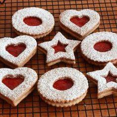 Cookies (Linzerkekse) The famous Austrian Linzer Cookies (Linzerkekse) with step by step photos. These cookies are delicious!The famous Austrian Linzer Cookies (Linzerkekse) with step by step photos. These cookies are delicious! Christmas Treats, Christmas Baking, German Christmas Cookies, German Cookies, Hungarian Cookies, Linzer Cookies, Jam Cookies, Gourmet Cookies, Linzer Tart