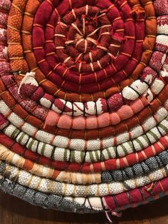 Rag Rug Tutorial, Fabric Bowls, Weaving Projects, Diy Projects, Fabric Art, Fabric Weaving, Fabric Scraps, Scrap Fabric, Braided Rugs
