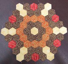 """DONNERSTAG, 11. OKTOBER 2012 Bilder vom 1.Teil des Hexagonquilts """" La Passion """" Hallo Ihr Lieben, wie versprochen zeige ich Euch heute hier die Bilder der fleißigen """"La Passion"""" Näherinnen. Ich freue mich so sehr, dass mein Quilt auf so viel posit"""