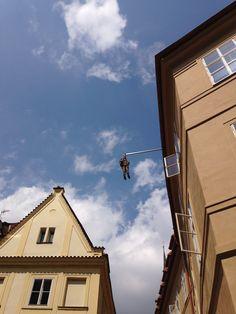 Freud Pendurado de David Černý - caça as esculturas de Praga...se olhar bem sempre tem alguma pra ver...essa está na Rua Husova com a Praça Betlémské...mas tem que olhar direitinho porque está bem no alto.