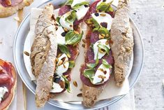 Kijk wat een lekker recept ik heb gevonden op Allerhande! Broodje ossenworst-mozzarella