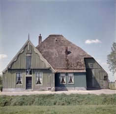 old Dutch farm stolpboerderij Dutch House, Old Farm Houses, Thing 1, Architecture Old, Prefab, Farm Life, My Dream Home, Exterior Design, Netherlands