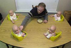 #Dördüz #bebekler. Çocuklarını besleyen baba Anne kucağında yatan dört bebek, babanın lafıyla katıla katlı gülen bebekler