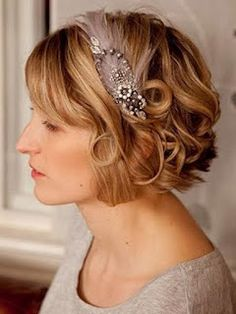 short bob hairstyles for bridesmaid. I love the hair piece! Short Bridal Hair, Short Hair Updo, Short Hairstyles For Women, Bride Hairstyles, Headband Hairstyles, Vintage Hairstyles, Curly Hair Styles, Short Curls, Medium Hairstyle