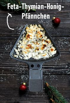 Feta and thyme honey pans. - Baked feta with thyme honey from the raclette pan, easy and quick - Pizza Recipes, Baking Recipes, Healthy Recipes, Pasta Carbonara, Raclette Fondue, Keto Granola, Berry, Tasty, Yummy Food
