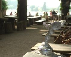 Der Burghof in Kaiserswerth ist oft gut besucht, die Plätze mit Blick aufs Wasser sind beliebt. Öffnungszeiten: täglich 11 - 1 Uhr. Warme Küche: Mo - Fr 13 - 22.45 Uhr, Sa + So 11 - 22.45 Uhr Adresse: Burgallee 1, 40489 Düsseldorf. Telefon: 0211-401423