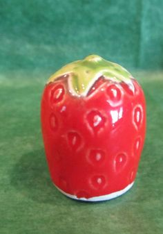 1 - STRAWBERRY SHAPE CERAMIC THIMBLE