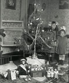 Christmas, 1912 ...lookie at the little one's huge grin! Too cute.