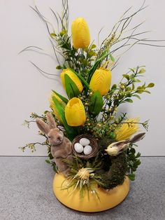 Easter Flower Arrangements, Creative Flower Arrangements, Easter Flowers, Floral Arrangements, Easter Bunny Decorations, Easter Wreaths, Christmas Decorations, Bridal Shower Tables, Easy Diy Christmas Gifts