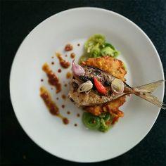 Gastando pouco mais de um dólar, chef indonésio recriou comidas de rua típicas de seu país em pratos de comer com os olhos! Dá só uma olhada: