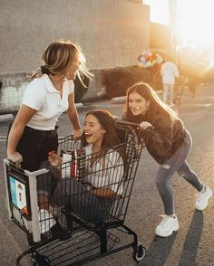 There's no one like your BFF! They will always have your back and get you through the good & the tough times. Here some cute phot ideas for that BFF goal! Cute Friend Pictures, Best Friend Photos, Best Friend Goals, Cute Photos, Bff Pics, Pretty Pictures, Shooting Photo Amis, Vintage Summer Outfits, Shotting Photo
