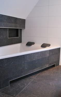 Asymmetrisch duobad in metallook badkamer te Holten.