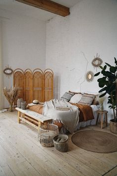 Don't know how to decorate a bedroom? Try these 9 master bedroom furniture ideas that will make your room look like those lavish bedroom designs you see on the internet! Rooms Home Decor, Cheap Home Decor, Diy Ikea Hacks, Interior Exterior, Interior Design, Bedroom Furniture Design, Bedroom Designs, Furniture Ideas, Bedroom Ideas