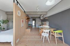 Projeto designer Chikara Ohno, reformar um apartamento de 60 m² em Fujigaoka, no Japão. Para separar a área social da privada, foi erguida uma parede em forma de L, feita de madeira natural, ao redor da estrutura de madeira se distribui o restante dos cômodos, de cada lado, encontra-se um setor do lar. Em um deles, enfileiram-se a sala de jantar, a cozinha e uma área de relaxamento; do outro, a sala de estar e a entrada para o quarto de hóspedes.