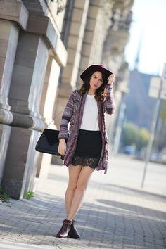 Look automne hiver couleur bordeaux, jupe en dentelle, pull blanc, gilet en maille jacquard, chapeau feutre.  Burgundy outfit, black lace skirt, knitted jacket, black hat.