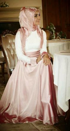 Muslimah fashion inspiration- - Beautiful and modest! Conservative fashions, done well, can be stunning! Islamic Fashion, Muslim Fashion, Modest Fashion, Hijab Fashion, Turkish Fashion, Hijab Evening Dress, Hijab Dress, Hijab Outfit, Stylish Hijab