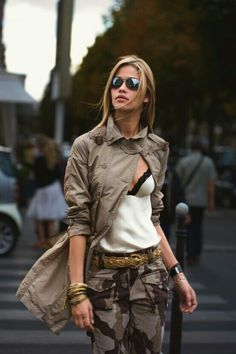 This casual pairing of a brown trenchcoat and brown camouflage cargo pants is ideal when you need to look chic in a flash. Camo Fashion, Look Fashion, Autumn Fashion, Womens Fashion, Fashion Trends, Street Fashion, Fashion Edgy, High Fashion, Fashion Inspiration