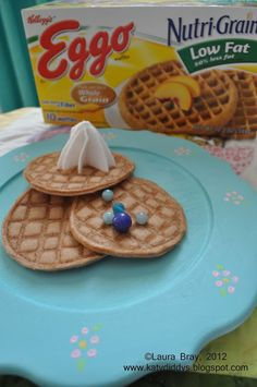 Felt Waffles I bet you thought I had abandoned my felt food obsession. But no, here I am again, with more play food. This time, I tried m. Felt Diy, Felt Crafts, Felt Food Patterns, Pretend Food, Pretend Play, Frozen Waffles, Felt Play Food, Food Obsession, Fake Food