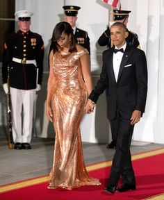 First Lady Michelle Obama Wears an Exuberant Custom Rose Gold Chainmail Gown by Atelier Versace Gown for Final State Dinner Michelle Und Barack Obama, Barack Obama Family, Michelle Obama Fashion, Malia Obama, Donatella Versace, Victoria Beckham, Black Is Beautiful, Beautiful People, Beautiful Women