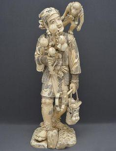 """Extraordinária escultura de marfim japonês do sec. XIX representando figura de """"Saltimbanco"""""""