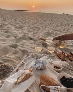 Beach Aesthetic, Summer Aesthetic, Travel Aesthetic, Aesthetic Food, Picnic Date, Beach Picnic, Summer Feeling, Summer Vibes, Dream Dates